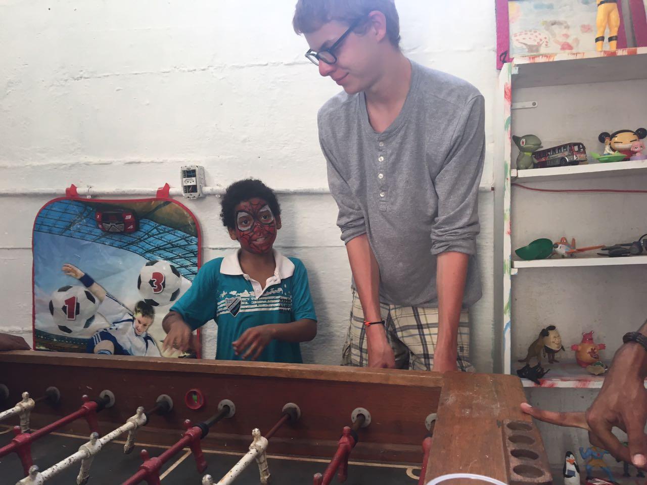 jogando totó com Ben, nosso voluntário