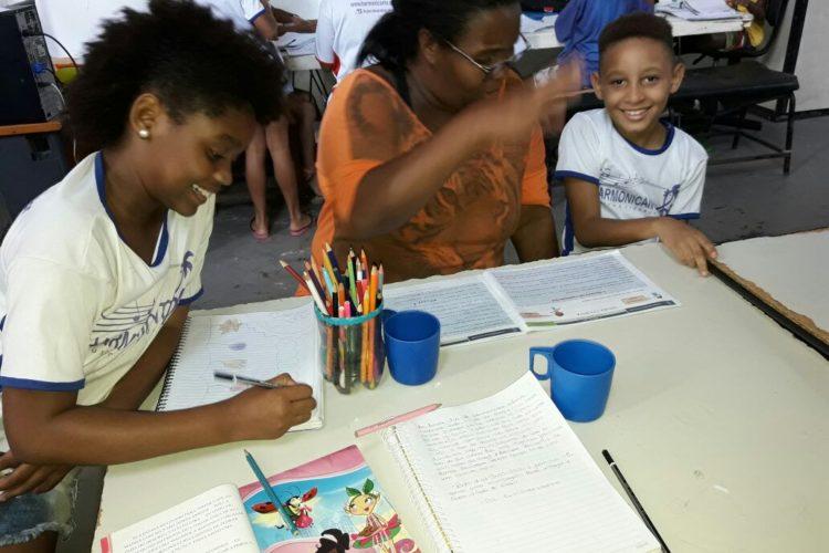 Reforço escolar com a ajuda de uma mãe