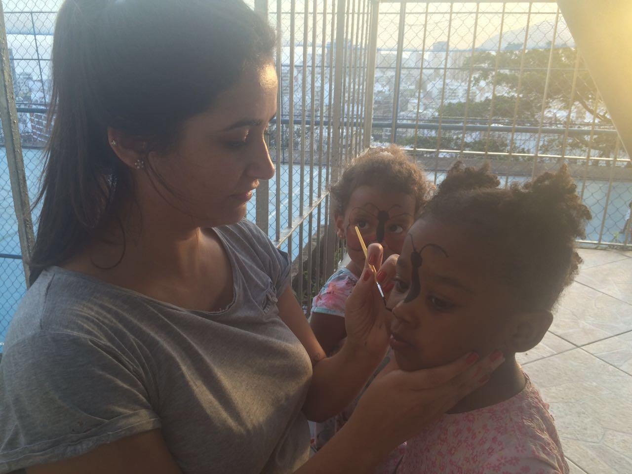 Pintura na cara com a voluntária Beatriz